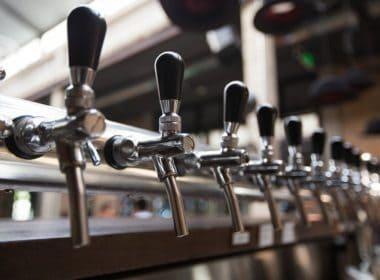 fileira-de-torneiras-de-cerveja-no-bar