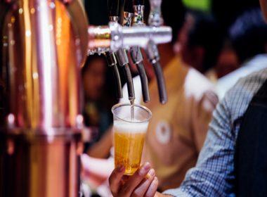 barman-derramando-cerveja-da-torneira